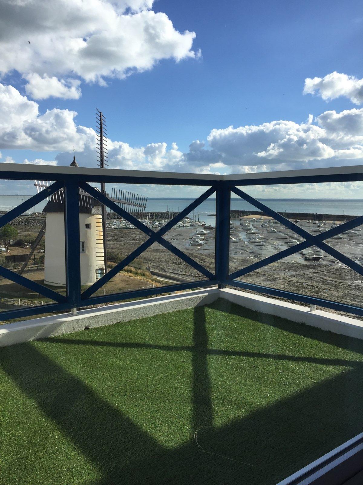 balcon avec vue sur le moulin et l'océan à marée basse